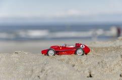 Modell av en klassisk bil för formel en på stranden Royaltyfria Bilder