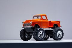 Modell av en retro SUV på stora hjul Royaltyfria Bilder