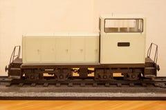Modell av en shunting diesel- lokomotiv Leksakjärnväg Fotografering för Bildbyråer