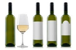 Modell av flaskor för vitt vin med tomma vitetiketter och ett exponeringsglas av vin Arkivfoton