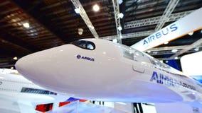 Modell av flygbussen A350-1000 XWB på skärm på Singapore Airshow Arkivfoton