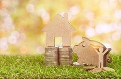 Modell av huset med mynt Royaltyfri Fotografi