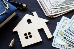 Modell av huset och pengar Fastighetsinvestering arkivfoto