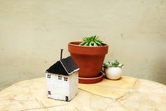 Modell av huset som symbol Arkivbild