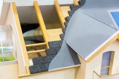 Modell av huset, termisk isolering av takbegreppet fotografering för bildbyråer