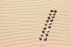 Modell av kul?ra kiselstenar p? ren sand Zenbakgrund, harmoni och meditationbegrepp fotografering för bildbyråer