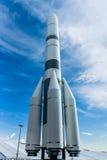 Modell av lanseringsmedlet Ariane 6 A64 mot den blåa himlen Arkivbild
