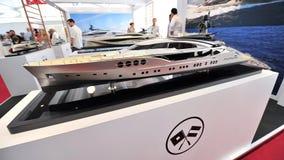 Modell av Palmer Johnson den lyxiga yachten på skärm på den Singapore yachtshowen 2013 Royaltyfri Bild