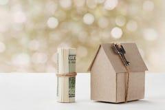 Modell av papphuset med tangent- och dollarräkningar Husbyggnad, lån, fastighet, kostnad av hus eller köpande en ny hem- concep royaltyfri fotografi