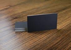 Modell av svarta affärskort på träbakgrund fotografering för bildbyråer