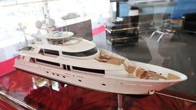 Modell av Westport den lyxiga yachten på skärm på den Singapore yachtshowen 2013 Royaltyfri Fotografi