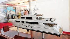 Modell av Westport den lyxiga yachten på skärm på den Singapore yachtshowen 2013 Royaltyfria Foton