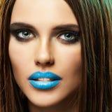 Modell Beauty Lips Blue Isolerat tätt upp framsida royaltyfri bild