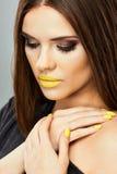 Modell Beauty Yellow Lips Isolerat tätt upp framsida arkivfoto