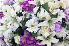 Modell bland flowerslen i trädgård Fotografering för Bildbyråer