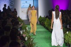 Modell-Brücken-in Mode Show stockfotos