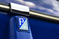 Modell der begrenzten Ausgabe dreirädrigen Fahrzeug Piaggio-Affen Calessino steht auf Straße am 1. August 2016 in Livigno, Italie Lizenzfreies Stockbild