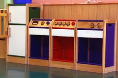 Modell der hölzernen Küche, zum im Kindergarten zu spielen stockbild