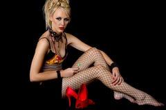 Modell der jungen Frau 80s, das sich hinsetzt Stockbilder