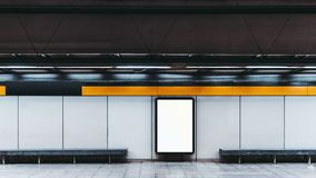 Modell der leeren Informationsfahne in der U-Bahn stockfotos