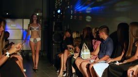 Modell in der Wäsche sind im Publikum an der Show stock video footage