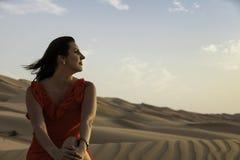 Modell in der Wüste, die runset betrachtet Stockfotos