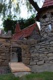 Modell des alten Schlosses mit Brücke über Abzugsgraben, Steinwände und Uhr ragen hoch Lizenzfreie Stockbilder