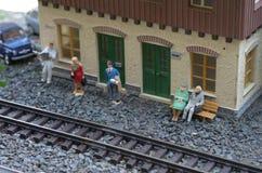 Modell des Bahnhofs mit Leuten Stockfotos