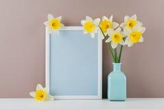 Modell des Bilderrahmens verzierte Narzissenblumen im Vase mit sauberem Raum für Text Ihr blogging und Gruß für Muttertag Lizenzfreie Stockfotos
