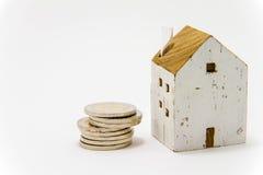 Modell des Hauses mit Münzen Lizenzfreie Stockfotografie