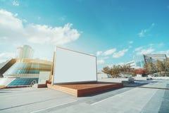 Modell des LCD-Bildschirms hinter hölzernem Stadium Stockfotos