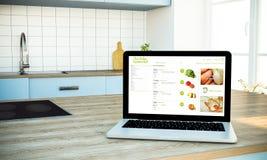 Modell des on-line-Supermarktschirmlaptops auf kochender Insel an lizenzfreies stockfoto