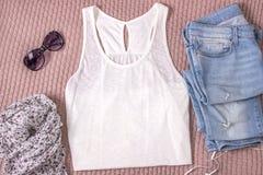 Modell des weißen Behälterhemdes mit Blue Jeans, Gläsern und Schal Sommerausstattung, flache Lage stockfotografie