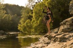 Modell in einem Bikini durch den Fluss stockfoto