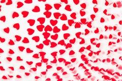 Modell för abstrakt begrepp för suddighet för dag för valentin` s dekorativ mjuk av röda hjärtakonfettier på vit bakgrund Arkivfoto