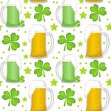 Modell för dag för St Patricks sömlös med öl och växt av släktet Trifolium Ändlös bakgrundtextur också vektor för coreldrawillust Royaltyfria Bilder