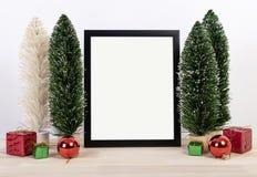 Modell för design för ram för julferiehälsning med garneringnolla royaltyfria foton