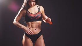 Modell för färdig kondition för kvinna som kvinnlig applicerar fukta lotion för kroppolja Flicka i underkläder med fuktighetsbeva stock video