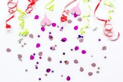 Modell för födelsedagparti för modell på bästa sikt för vit bakgrund Royaltyfria Bilder