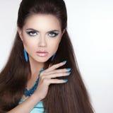 Modell för flicka för skönhetmodebrunett med makeup, manicured polermedel royaltyfri fotografi