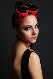 Modell för flickamekanikermode med en lie i ovanliga hipsterexponeringsglas Arkivfoto