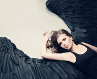 Modell för glamourkvinnamode Angel Relaxing Fotografering för Bildbyråer