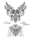 Modell för hals för blommor för vektorbroderi etnisk Blått bära för mode för blommadesigndiagram Framlagt på den vita skjortan royaltyfri illustrationer