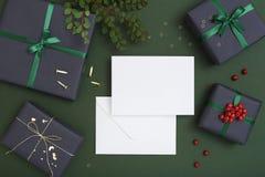 Modell för julhälsningkort med kuvertet Arkivbild
