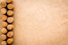 Modell för korkar för vinflaska på copyspace för bästa sikt för hantverkpappersbakgrund Berömbegrepp för nytt år Arkivfoto