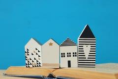 modell för litet hus över den öppna boken Selektivt fokusera royaltyfri bild