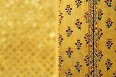 Modell för målning för traditionell thailändsk stilkonst guld- på väggen i tempel Royaltyfri Bild