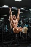 Modell för muskulös kondition för idrottsman nen som manlig drar upp på horisontalstång royaltyfri foto