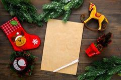 Modell för nytt år eller jul Mall för bokstav till jultomten, lista av plan och mål för det nya året, wishlist nära gran royaltyfria bilder