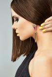 Modell för profilståendekvinna med rakt hår Royaltyfria Foton